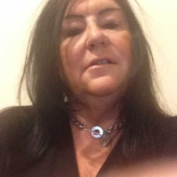 Raeli is looking for singles for a date