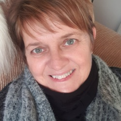 Lesley is looking for singles for a date