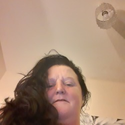 Carine is looking for singles for a date